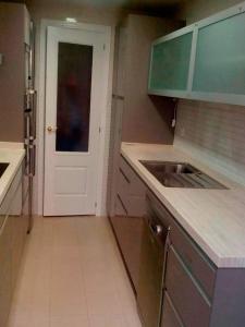 C mo distribuir la cocina cuando tenemos poco espacio dicomo for Como distribuir los muebles de cocina